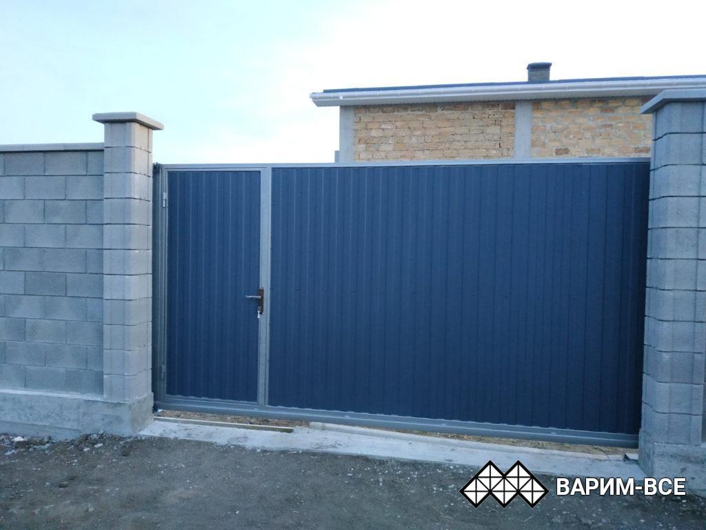 Откатные ворота с врезной калиткой, зашивка профнастилом, цвет